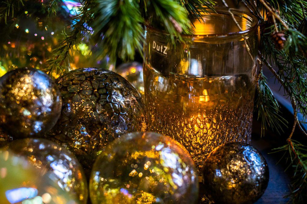 Decorative balls in gold colours