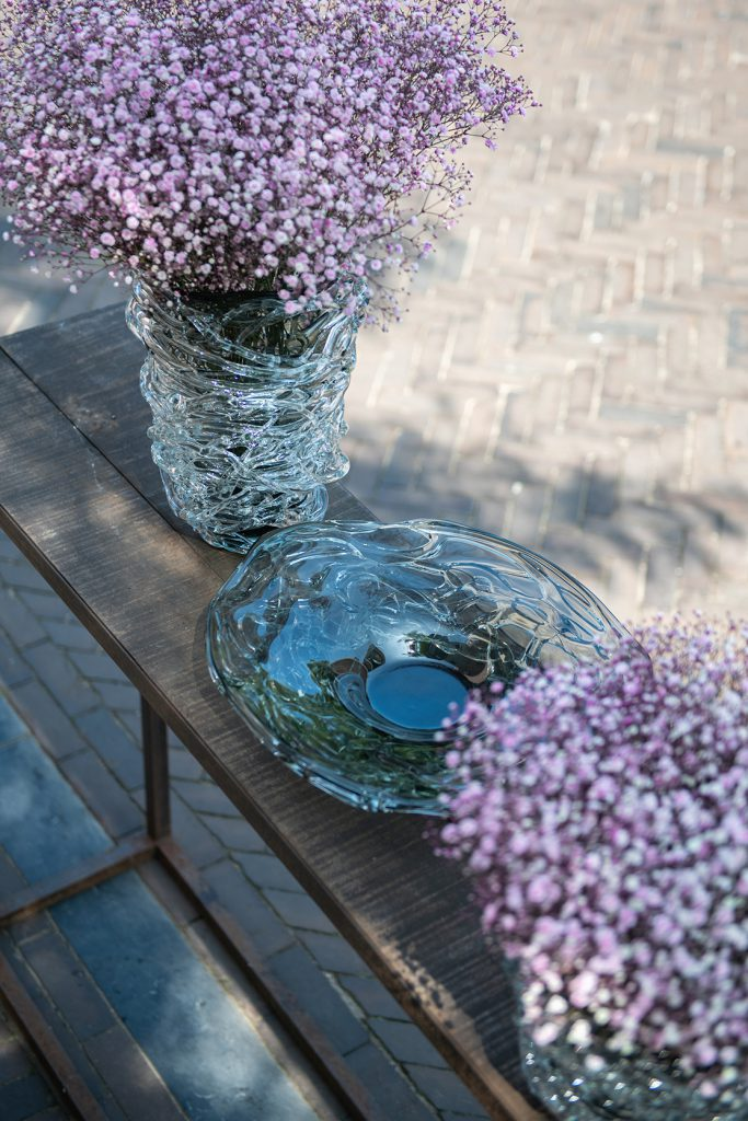 Vase Nest with flowers and a Nest plate in grey